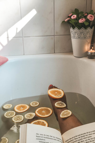 Selbstfürsorge Feelgood Entspannung Badewanne Mama glücklich zufrieden ausgeglichen Selbstfürsorge Zeit für Mama