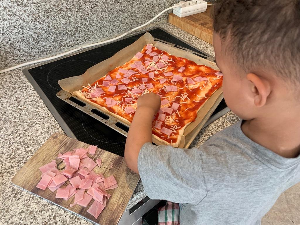 Kochen mit Kind, Zuhause mit Kind, Quarantäne, Kinderbetreuung, Beschäftigung mit Kind